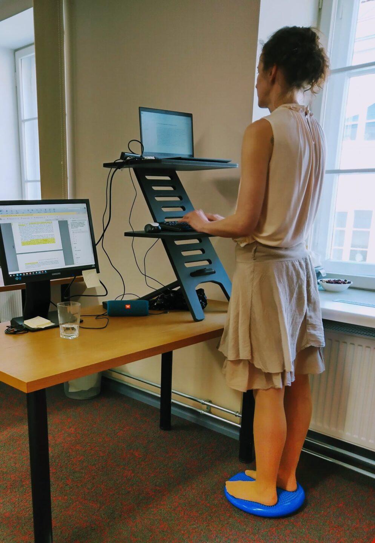 mobiilne kontor seisutöökoht ergoway ergonoomika ergonoomiline kontoritool töötool tool kodukontor monitor kuvar triinusirge